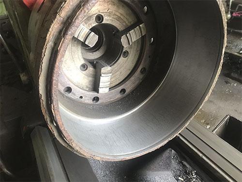 Проточка тормозных дисков грузовиков на заводе ЮниПром